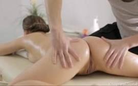 Xxx porno da novinha dando na massagem.