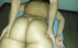 Corno leva esposa bunduda para massagem e a safada goza com dedos na xota