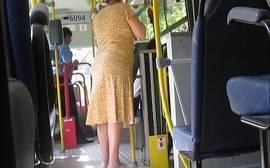 Coroa amadora provoca empinando a bunda sem calcinha no ônibus