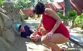 Mulher madura mostra buceta na rua para moleque ciclista