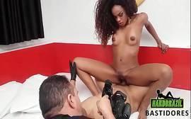 Pornô Brasileira negra rebolando e quicando na vara dura