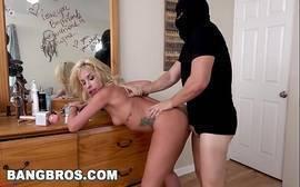 Mulher fazendo sexo com homem ladrão encapuzado