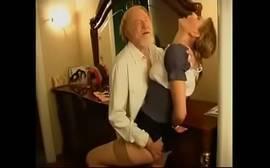 Porno irado neta magrinha fodendo com vovô tarado