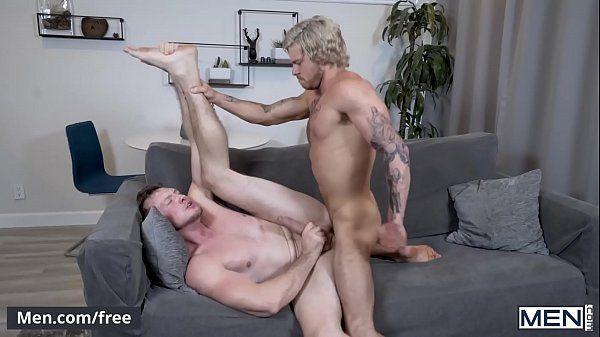 Homem loiro e um amigo fazendo muito sexo