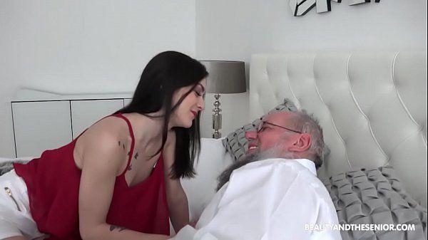 Transando com avô safado em cima da cama e deixando o velho excitado