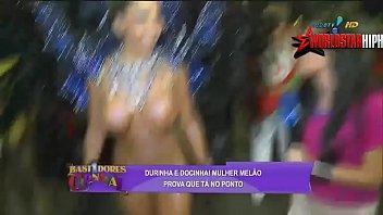 Famosa gostosa mostrando os peitos em publico no carnaval