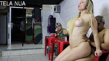 Travesti loira afeminada dando uma metida gostosa