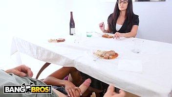 Mãe flagra boquete gostoso de sua filha novinha vagabunda mamando no namorado