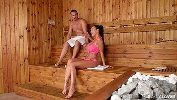 Marido safado realizou o fetiche de foder com sua esposa morena gostosa dentro da sauna do clube