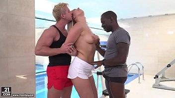 Pornô xnxx loira puta na suruba com um loiro e um preto na academia