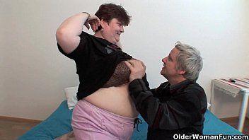 Vídeo caseiro de sexo com amadora obesa transando com seu marido velho é safado