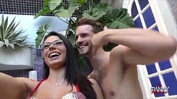 Puta brasileira de peitos grandes fode com garotão dotado no motel