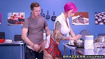 Ruiva tatuada dos peitos empinadinhos fazendo sexo gostoso com seu enteado safado