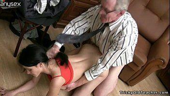 Neta magrinha fodendo com vovô no seu escritório