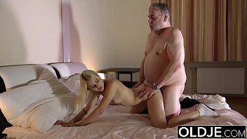 Sexo total entre pai gordo e filha deliciosa