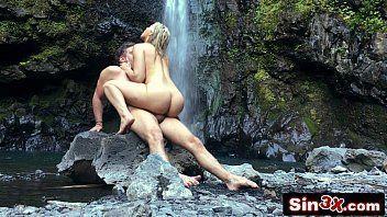 Fodendo na cachoeira com seu acho