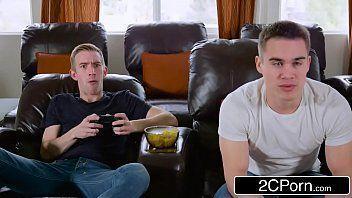 3Movs com amigos jogando video game ate chegar a amiga safada