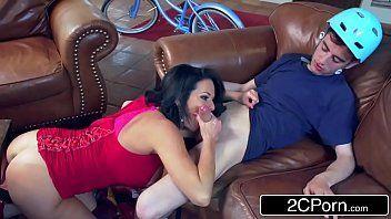 Novinha chupando a rola de seu namorado depois do role