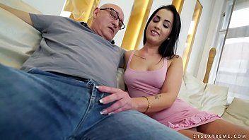 Neta gostosa morena peituda fodendo com avô