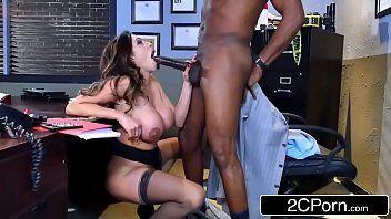 Morena ficou de lado pedindo rola grossa de seu macho