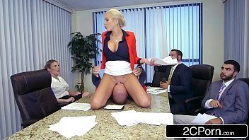 Linda loira sentando na rola de seu namorado na frente dos amigos