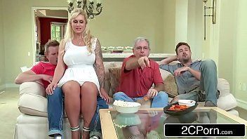 Linda loira sentando na rola do amigo de seu marido