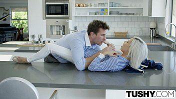 Botando a rola dele dentro de sua esposa na cozinha