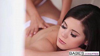 Moreninha fazendo uma massagem na amiga e depois chupando ela