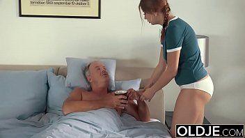 Pai fazendo sexo gostoso com filha inocente virgem