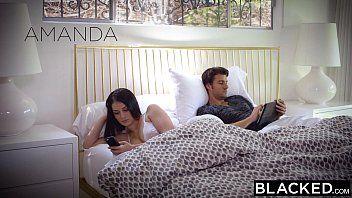 Pornoxxx largou o noivo na cama pra trepar com negro na sala