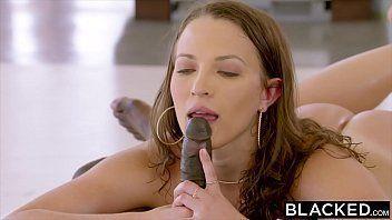 Video de sexo milf solteira levando pênis preto na xota