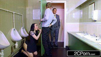 Baixa videos porno da gostosa mamando no banheiro masculino