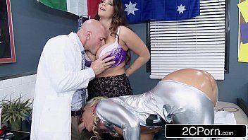 Elite girl com novinha deixando o safado chupar os seus peitos