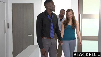Novinha gostosa fazendo sexo grupal com negros