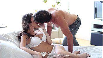 Morena beijando seu namorado e depois tomando rola dele