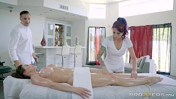 Gera sexo entre duas gosotsas e um macho na massagem