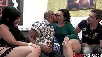 Swing brasileiro com casais liberais transando com casal de amigos iniciante