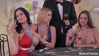 Casadas liberais nuas fazendo muito sexo em grupo na orgia porno