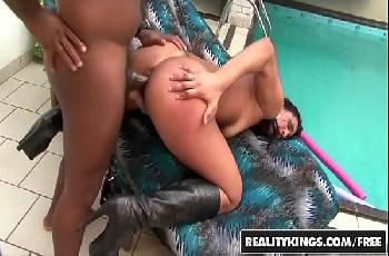 Puta Alessandra Lins chupa e fode enlouquecida com negro no quintal
