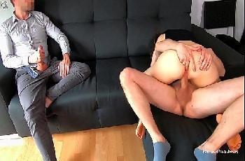 Esposa puta fode com roludo goza e ganha chupada do corno