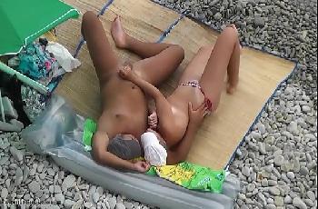 Flagra safada punheta na praia para macho dotado