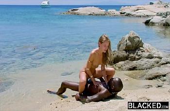 Loira perfeita traindo na praia o noivo com preto pirocudo