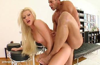Acompanhante anal com macho maduro do cacete grande e grosso