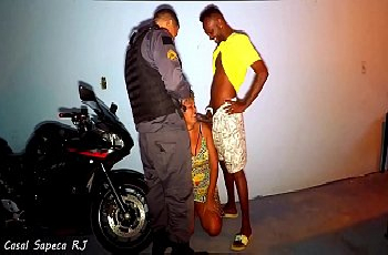 Policial flagra mamada e ganha um boquete no meio da noite