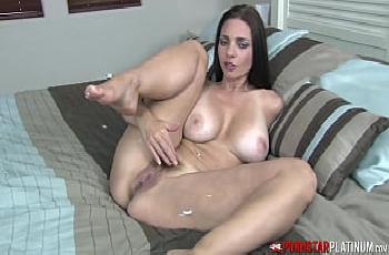 Mindi Mink siririca pelada com muito tesão em cima da cama